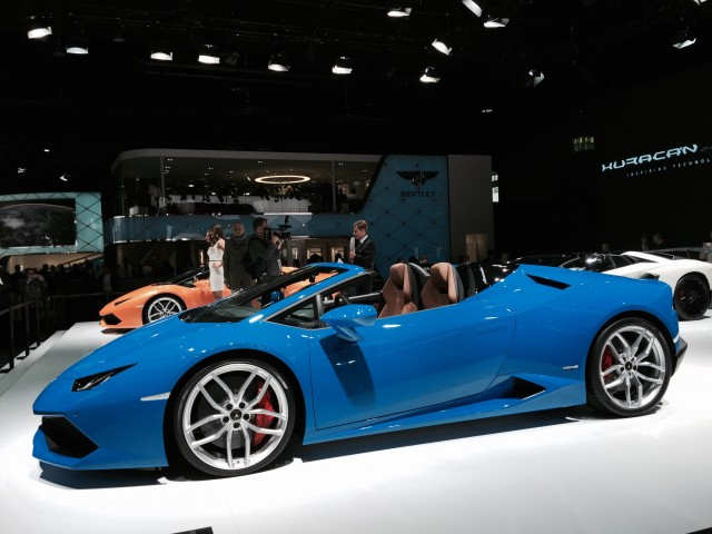 lamborghini hurac n lp 610 4 spyder revealed live photos video. Black Bedroom Furniture Sets. Home Design Ideas