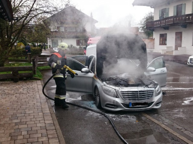 Mercedes-Benz S Class catches fire in Germany (Image: Merkur Online)