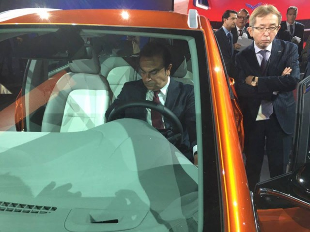 Nissan CEO Carlos Ghosn inspects 2017 Chevrolet Bolt EV, 2016 Detroit Auto Show [photo: Gary Lieber]