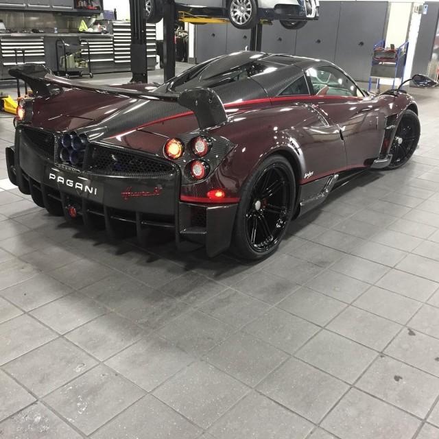 Red carbon fiber Pagani Huayra BC Image: @vtm_theking_4