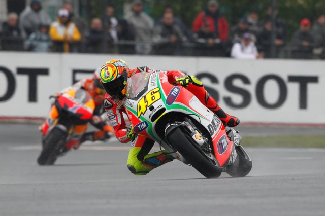 Rossi leads Stoner to the finish - MotoGP photo
