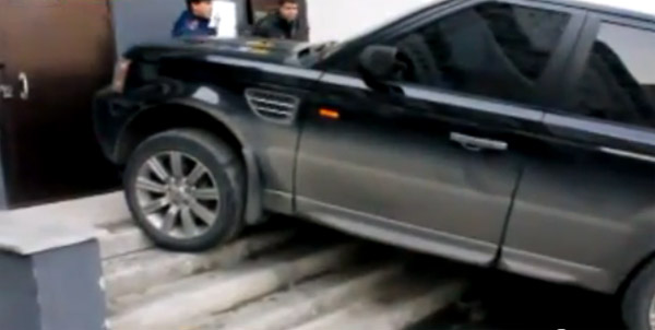 Russian driver leaves Range Rover Sport on apartment steps