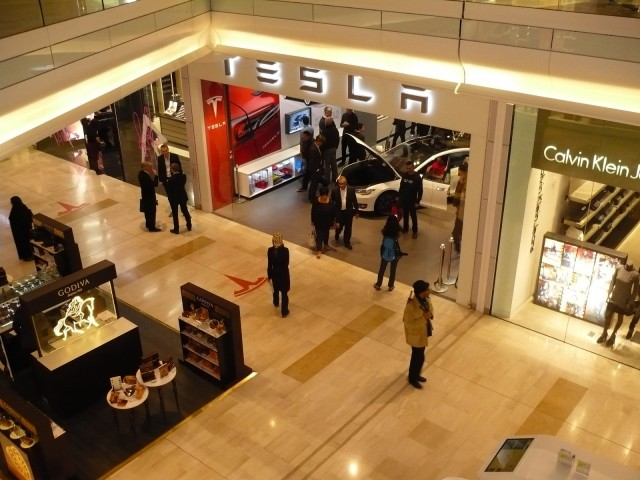 Used Car Dealers London >> Tesla Stores don't hard-sell shoppers; this baffles dealership groups