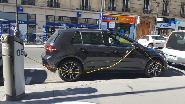 Volkswagen e-Golf recharging at curbside Autolib station, Paris, Sep 2016