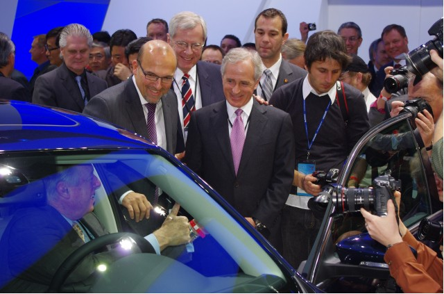 VW sales chief Klaus Klingler and Senator Bob Korker