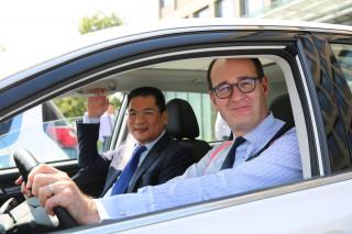 Jin Zheyong of Anhui Zotye Automobile and Peter Fleet of Ford Motor Company