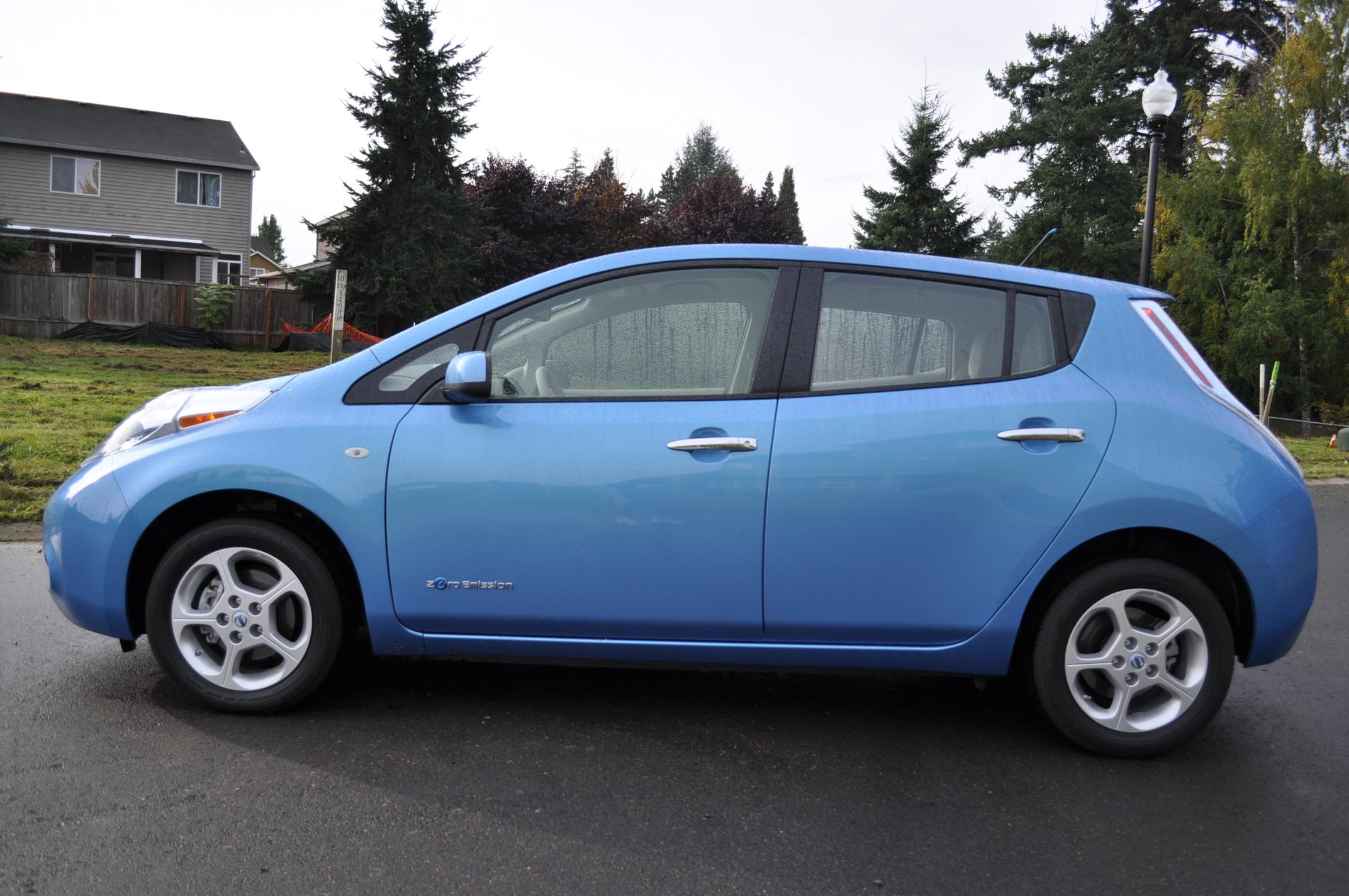 u s sales of the nissan leaf electric car now over 10 000. Black Bedroom Furniture Sets. Home Design Ideas