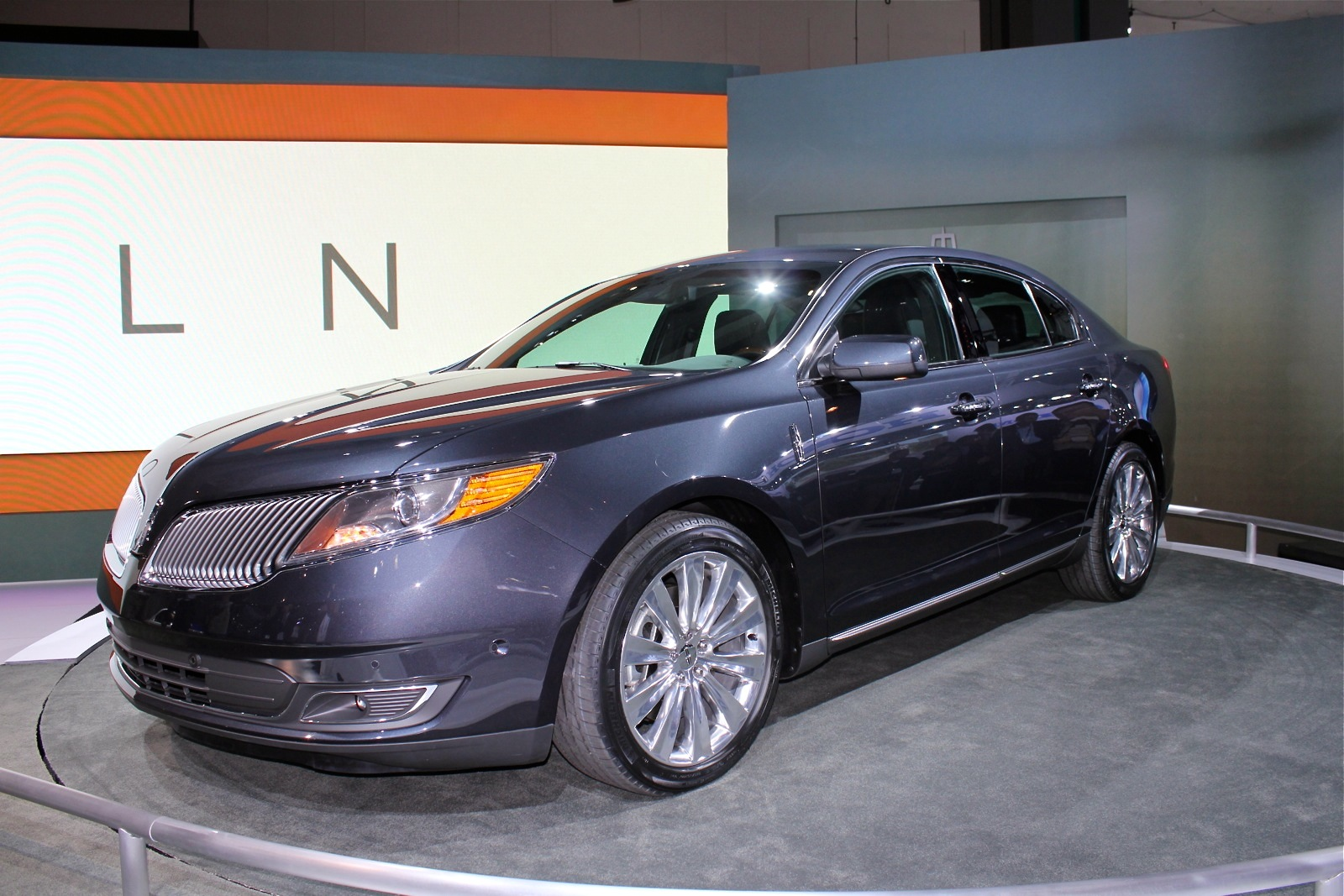 2013 Lincoln Mks Facelifted Full Size Luxury Sedan Bows