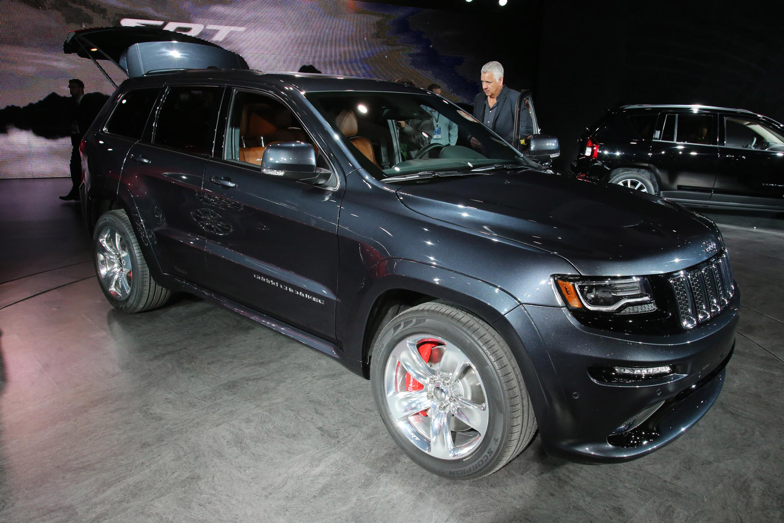 grand facelift show srt detroit at live debuts jeep auto the interior cherokee from news