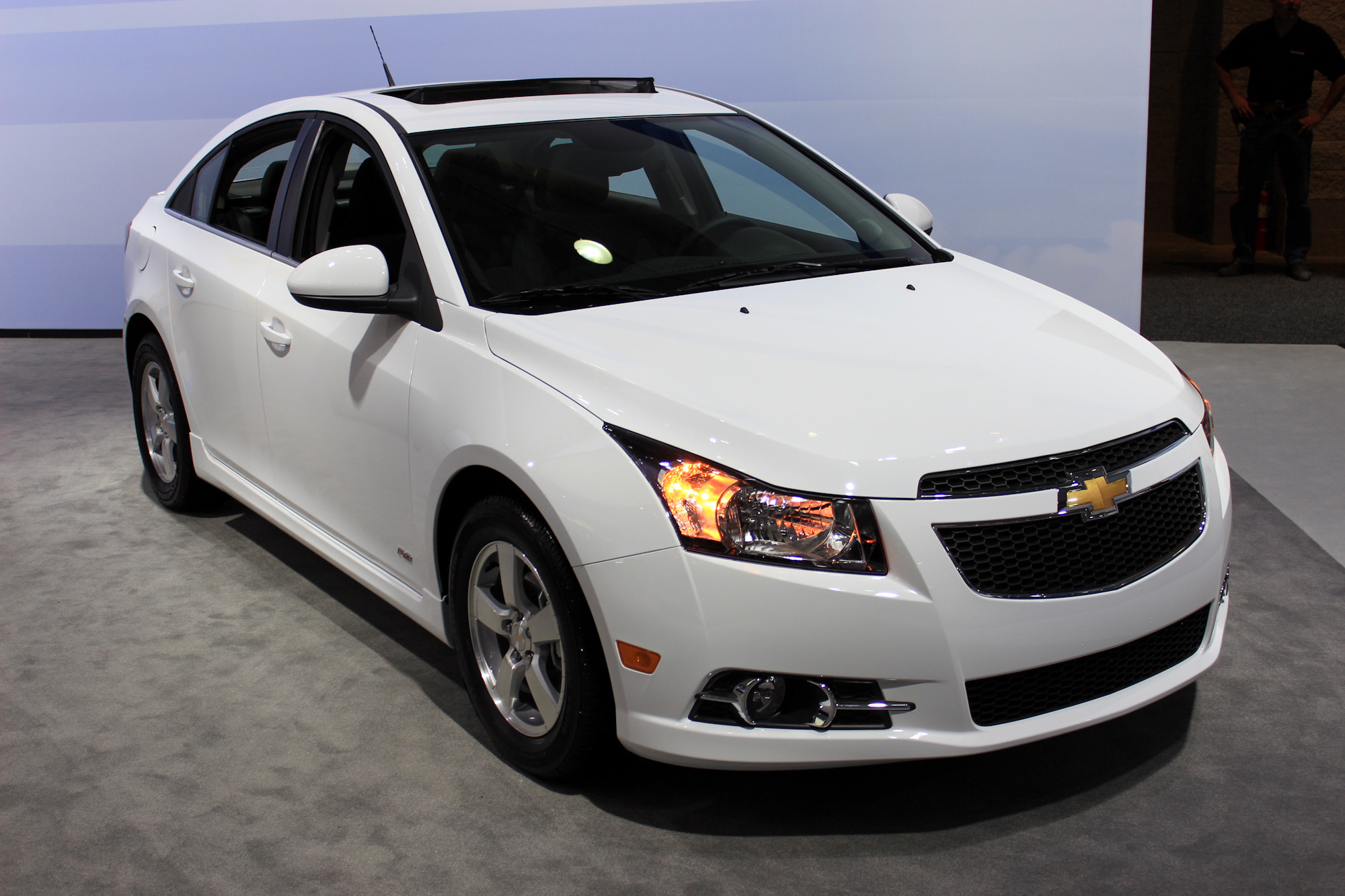 2015 chevy cruze gets new styling and tech 2014 new york auto show live photos. Black Bedroom Furniture Sets. Home Design Ideas