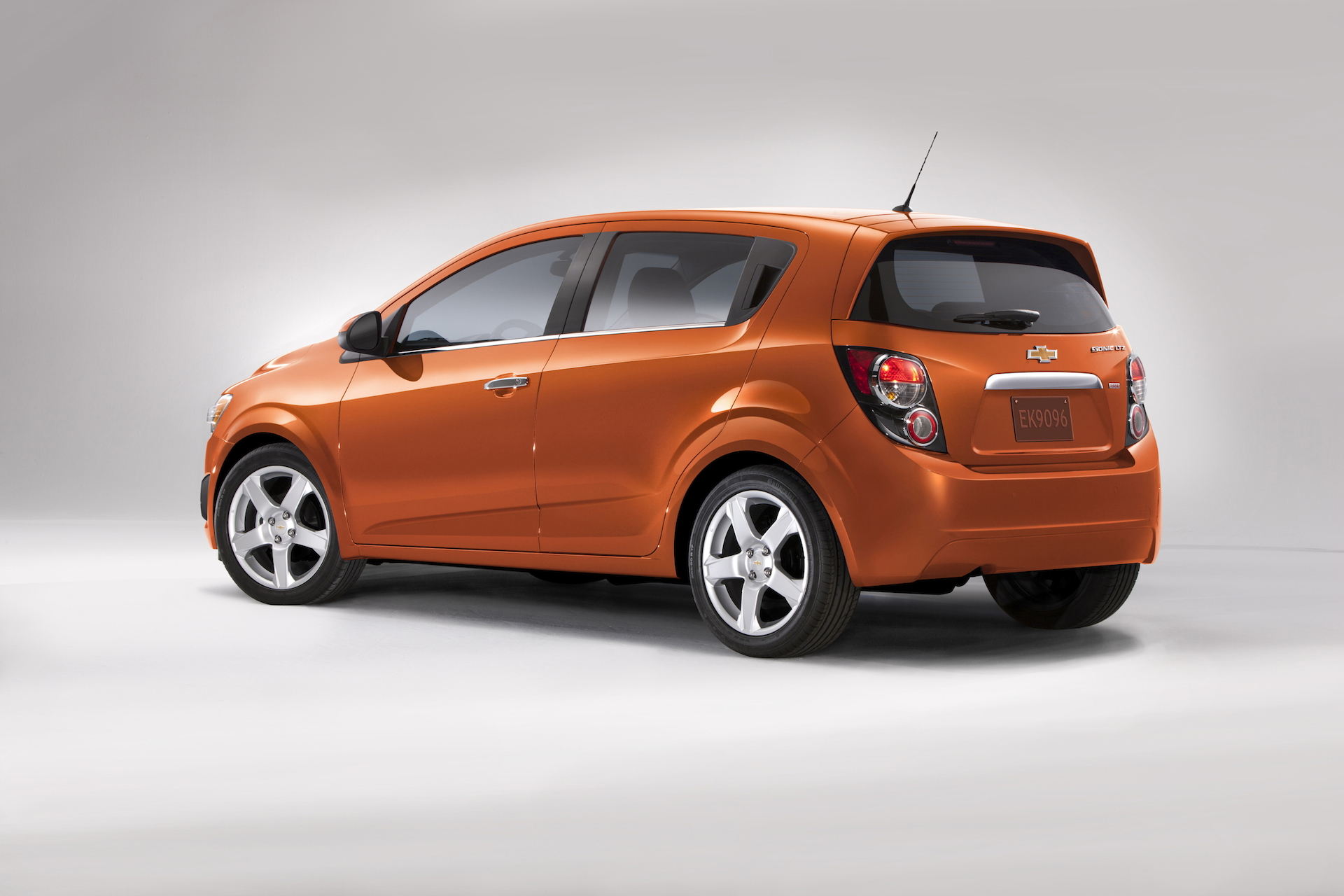 2015 chevrolet sonic chevy review ratings specs. Black Bedroom Furniture Sets. Home Design Ideas