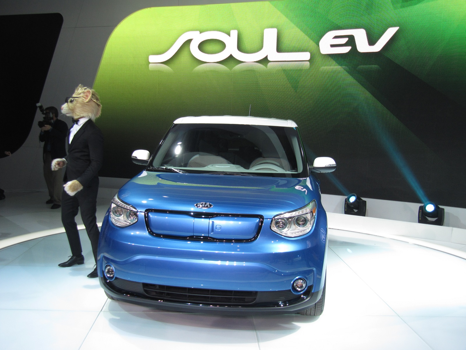 2015 kia soul ev: animals, electrons, maroon 5 (video)