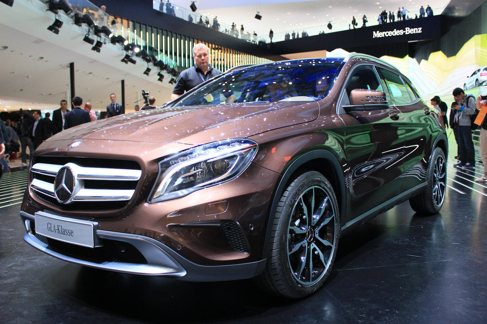 2015 mercedes benz gla debuts at 2013 frankfurt auto show. Black Bedroom Furniture Sets. Home Design Ideas