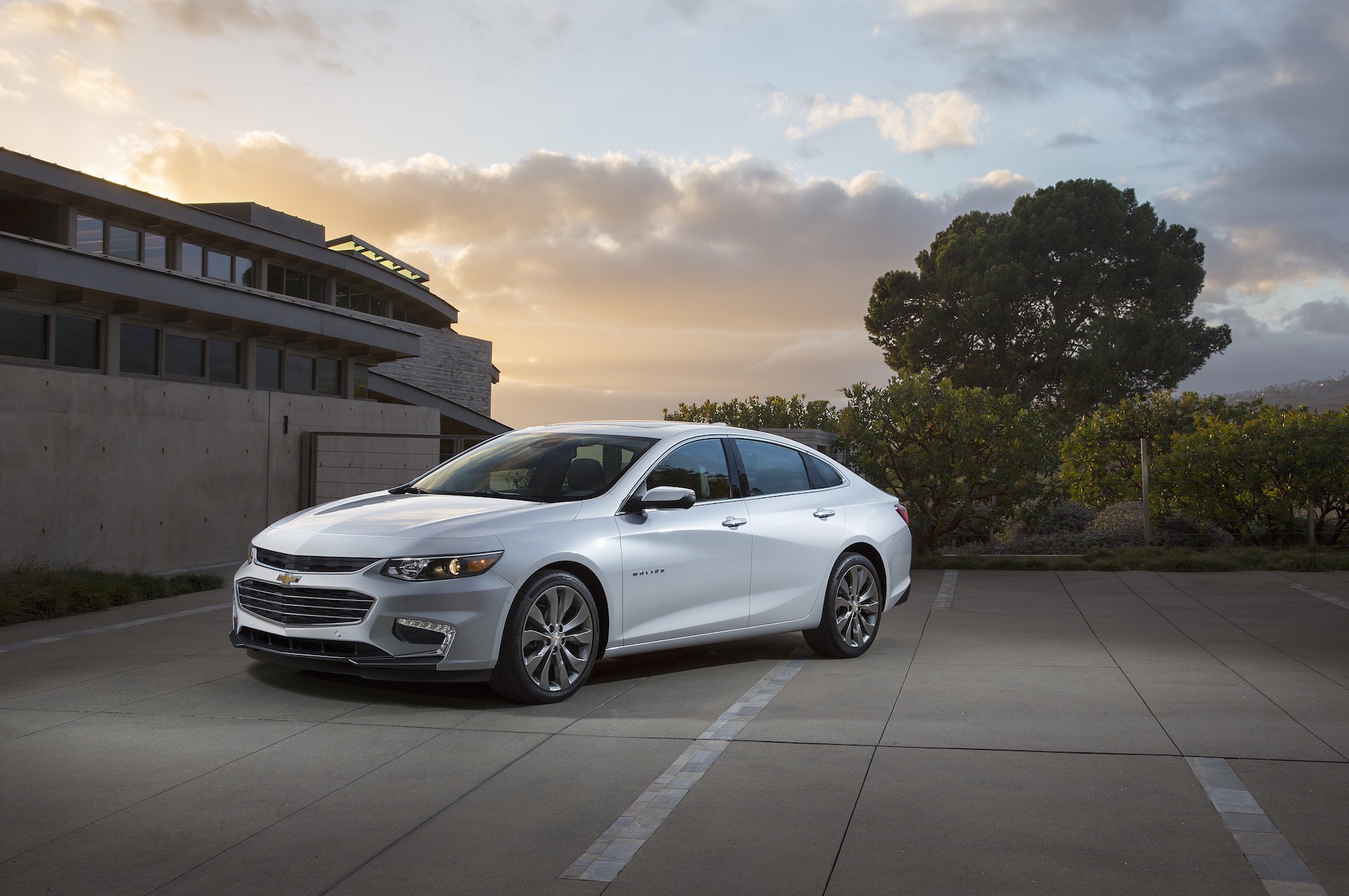 Chevy Malibu Mpg >> 47 Mpg Chevrolet Malibu Hybrid Volt S Sibling Without A Plug May Be