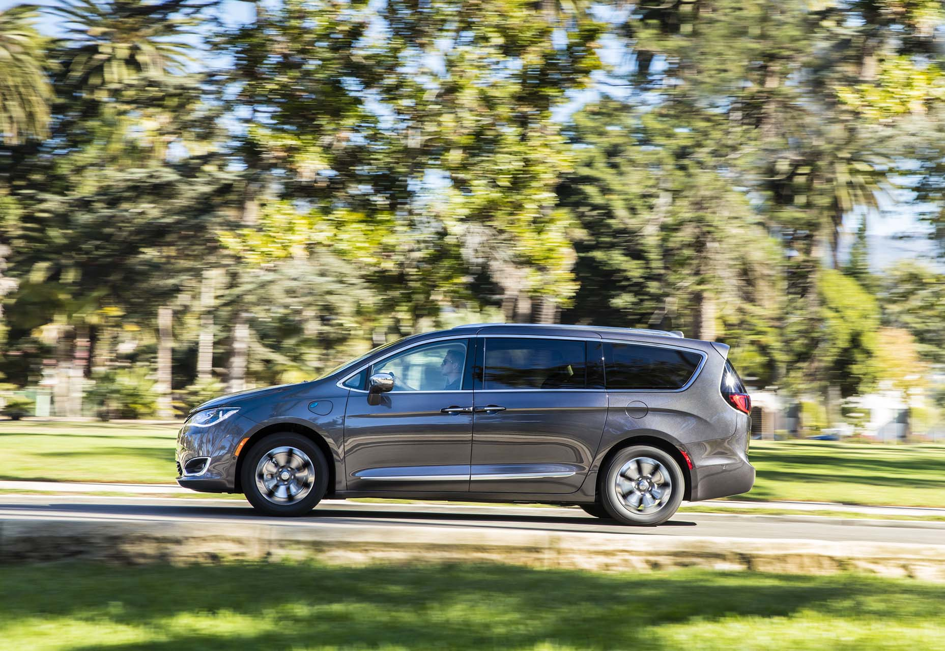 2017 chrysler pacifica hybrid review ratings specs. Black Bedroom Furniture Sets. Home Design Ideas