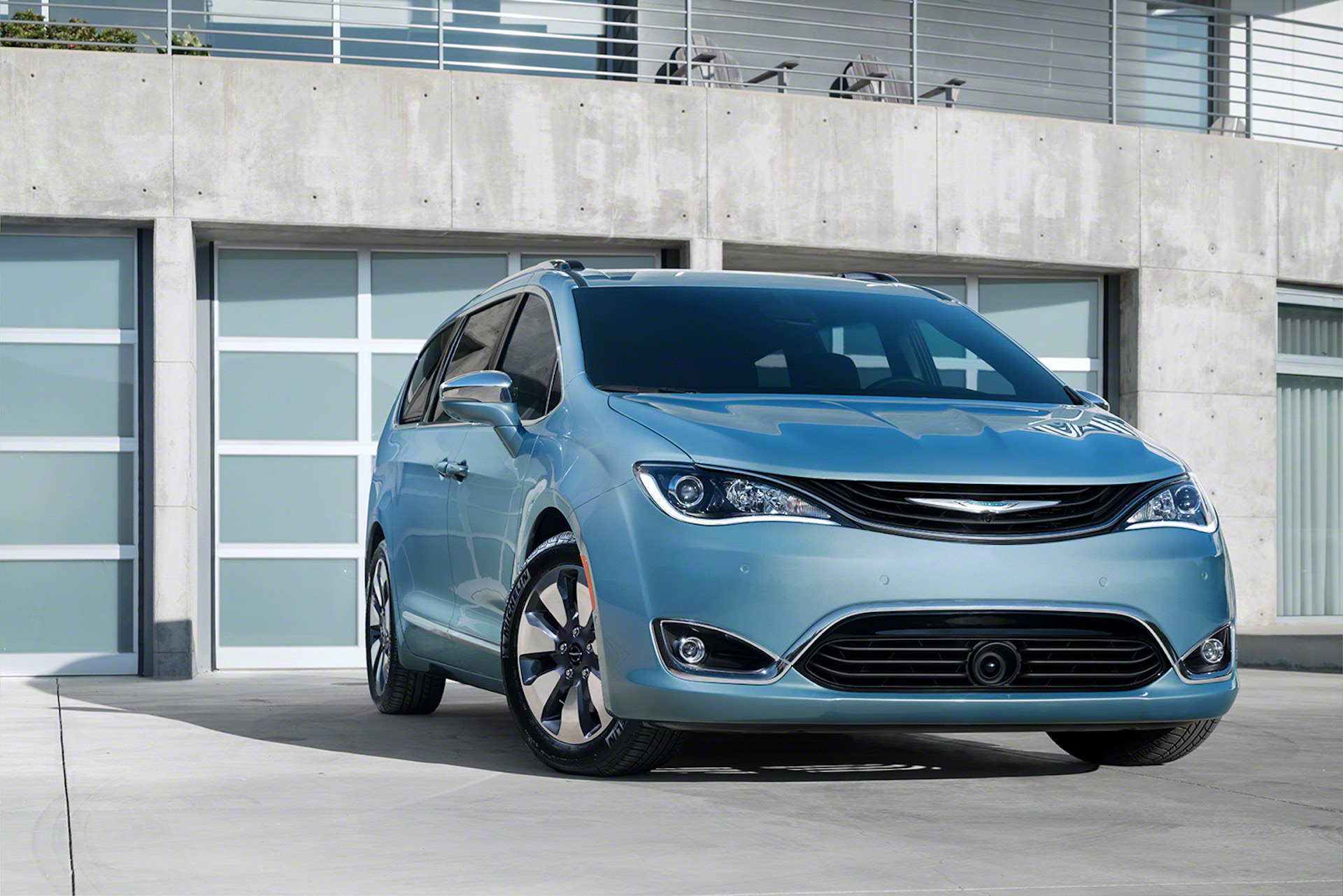 2017 Chrysler Pacifica Hybrid Plug In Minivan Offers 30 Miles Of Electric Range