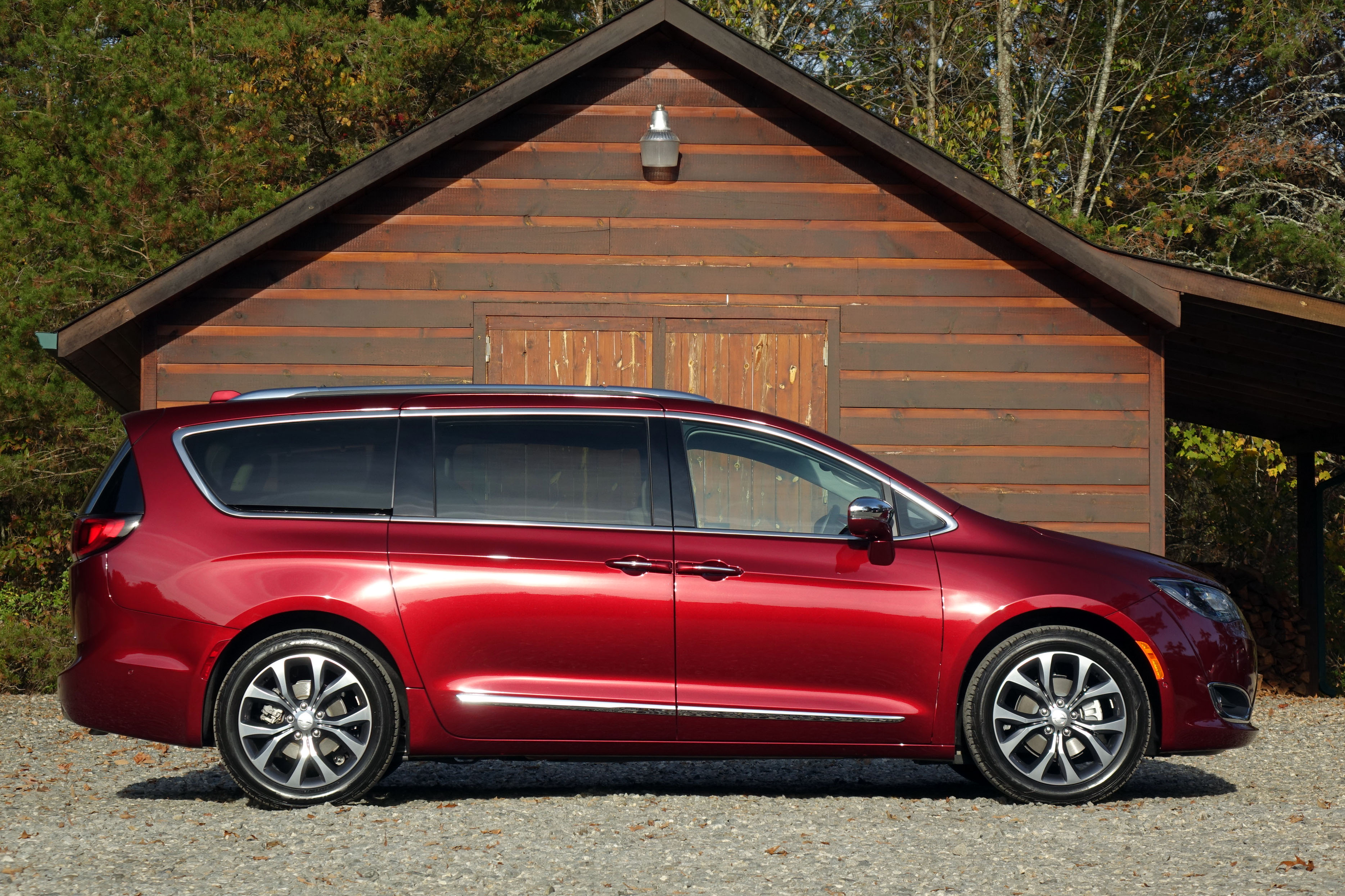 chrysler pacifica the car connection 39 s best car to buy 2017. Black Bedroom Furniture Sets. Home Design Ideas