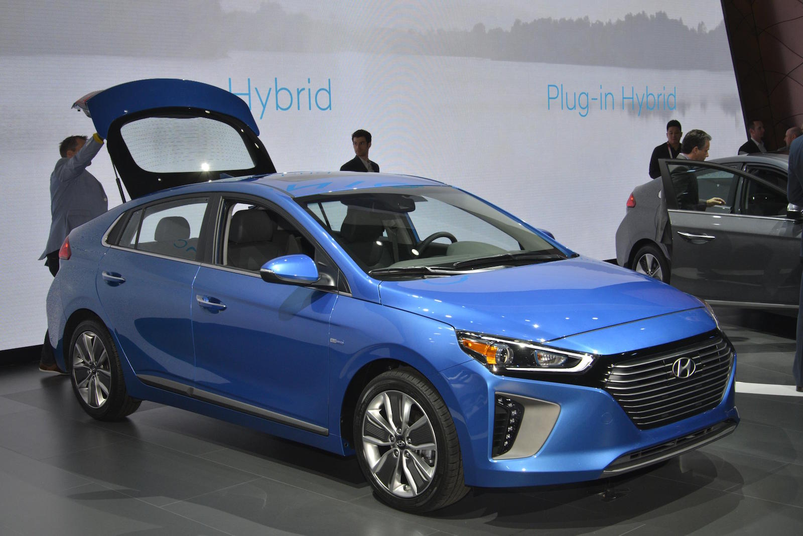 2017 hyundai ioniq debuts in ny 110 mile electric range 25 plus for plug in live photos. Black Bedroom Furniture Sets. Home Design Ideas
