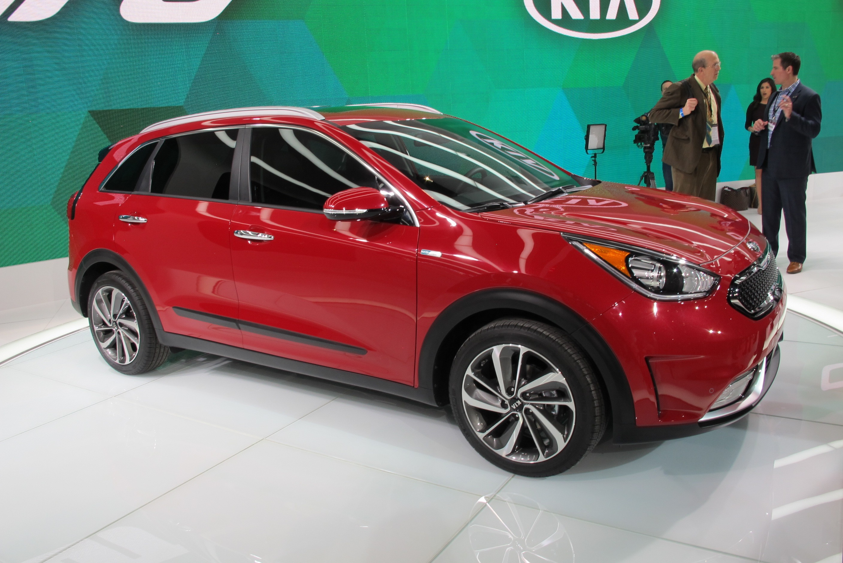2017 Kia Niro hybrid revealed, promises 50 MPG combined