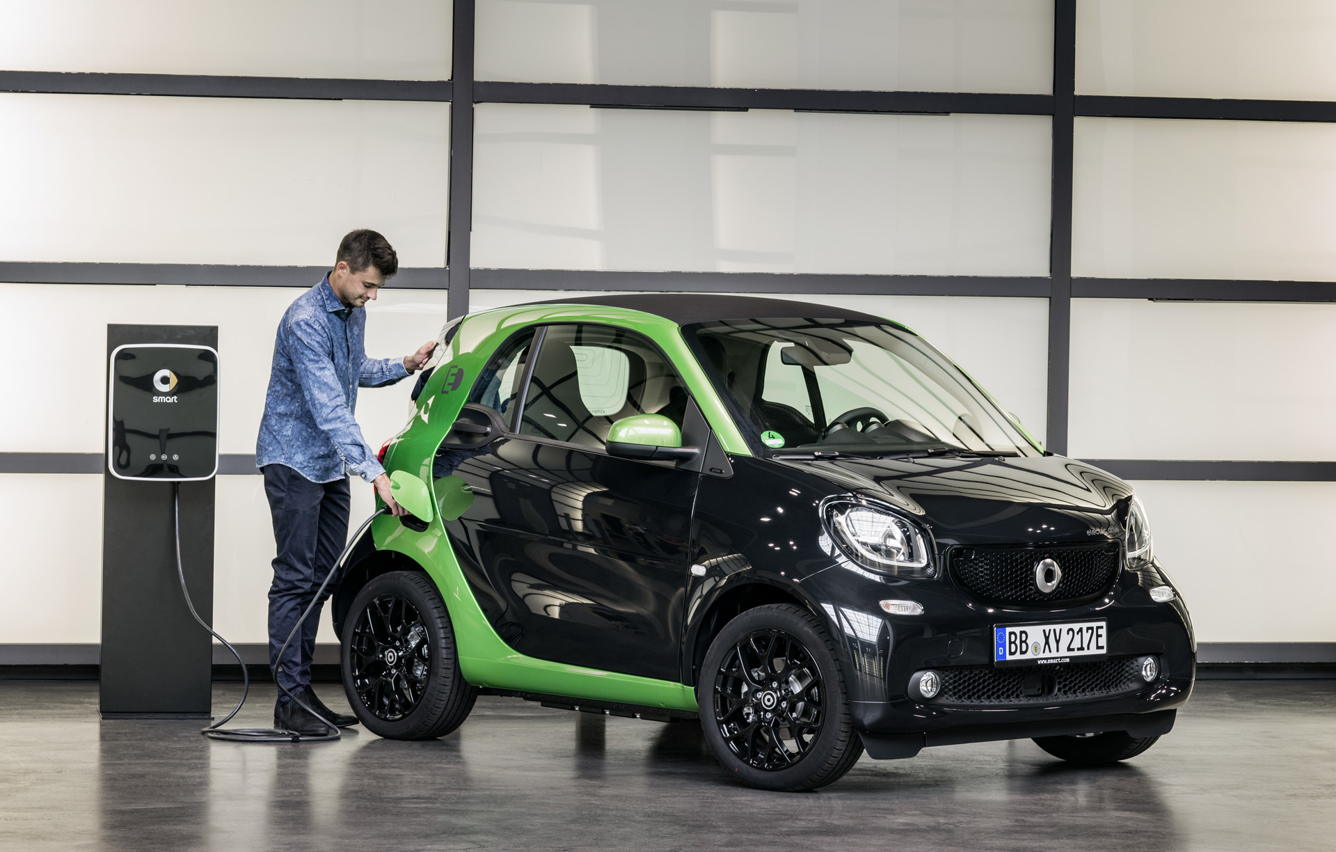 2018 smart fortwo electric drive details released before paris motor show. Black Bedroom Furniture Sets. Home Design Ideas