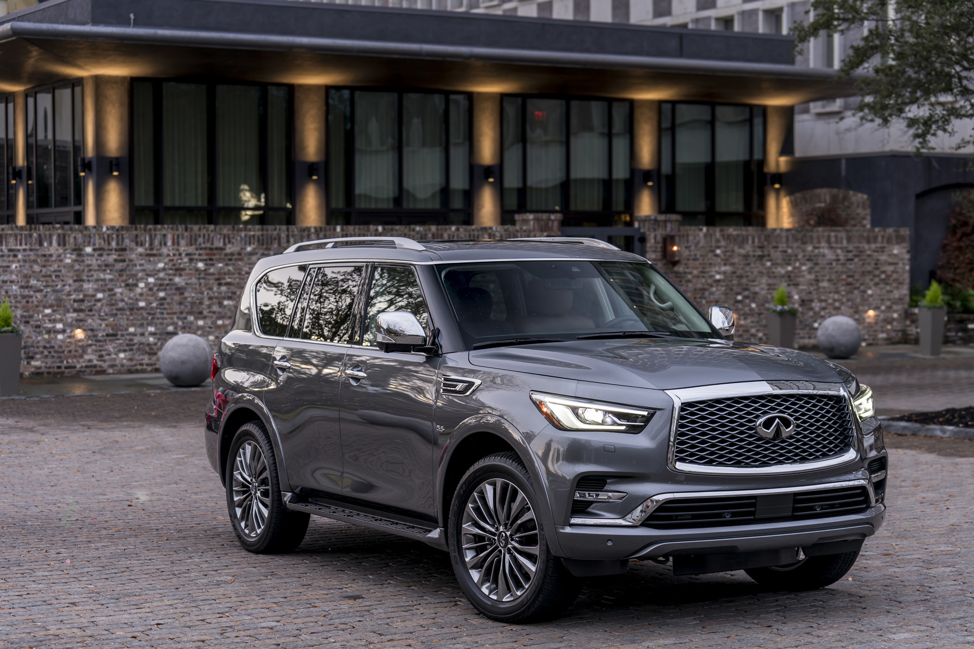 2018 infiniti qx80 first drive review age is more than a number. Black Bedroom Furniture Sets. Home Design Ideas