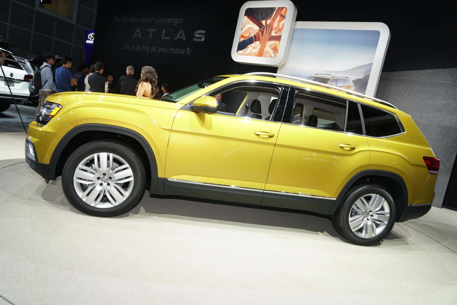 vw atlas video bmw x7 spied hyundai ioniq what 39 s new the car connection. Black Bedroom Furniture Sets. Home Design Ideas