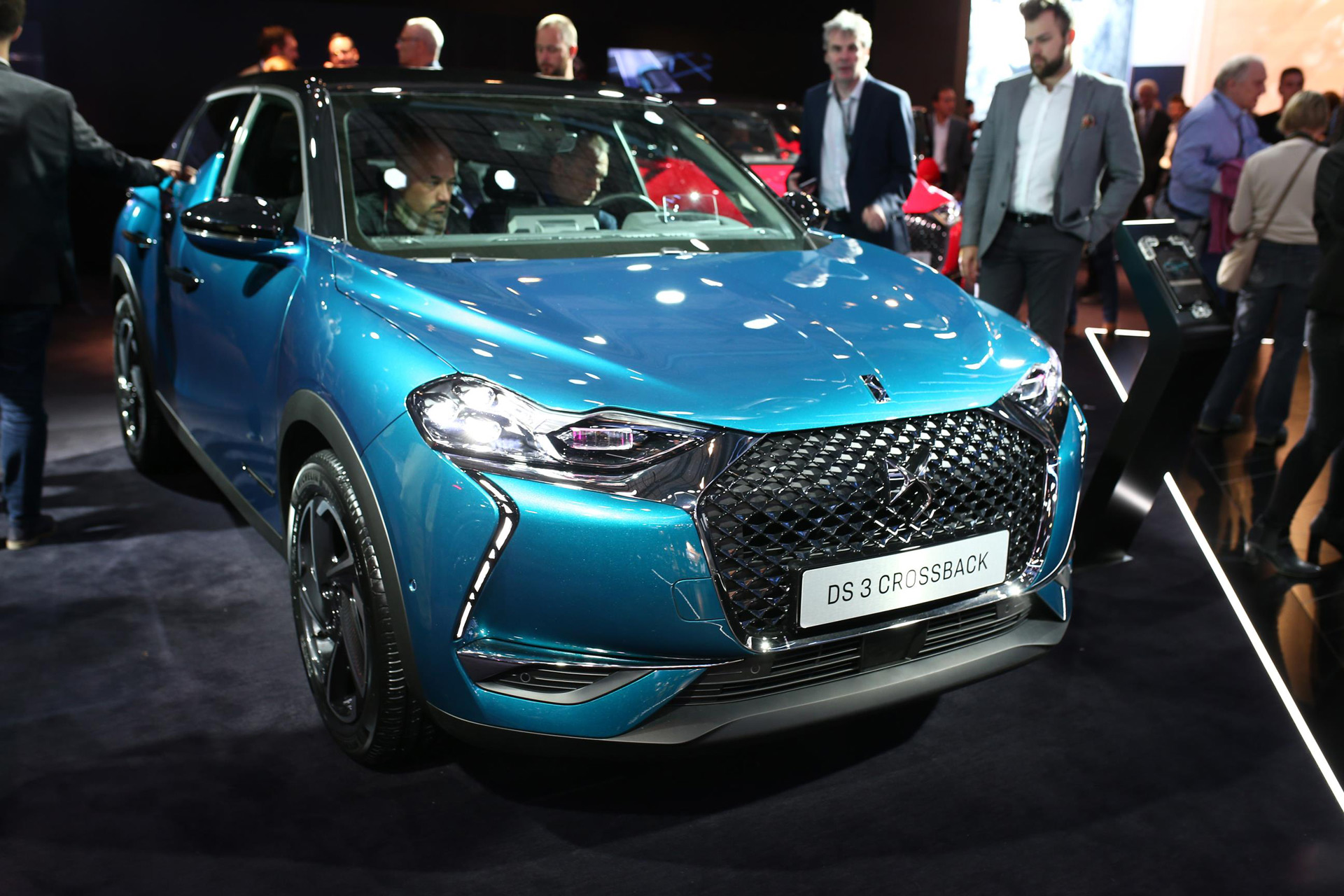 2019 ds 3 crossback french luxury crossover debuts with ev option. Black Bedroom Furniture Sets. Home Design Ideas