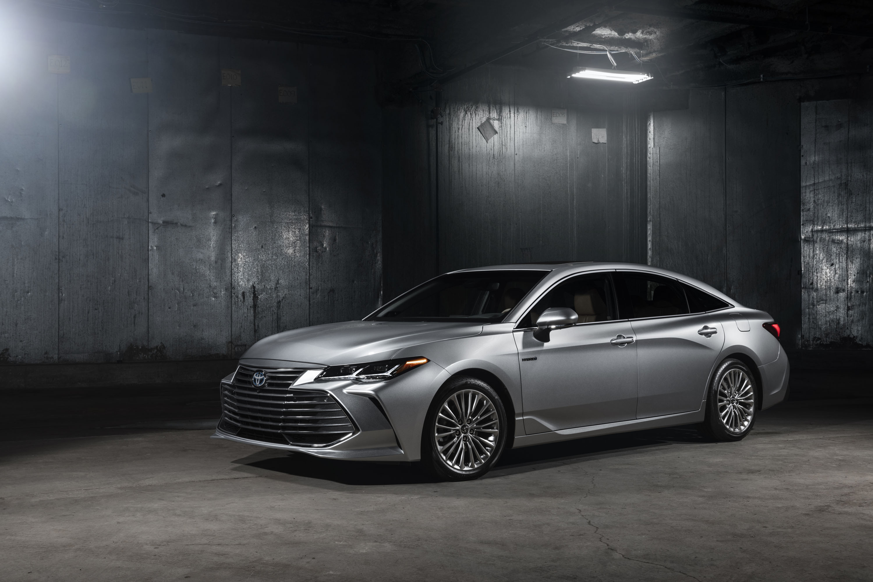 2019 toyota avalon hybrid debuts with more evocative style promise of improved efficiency. Black Bedroom Furniture Sets. Home Design Ideas