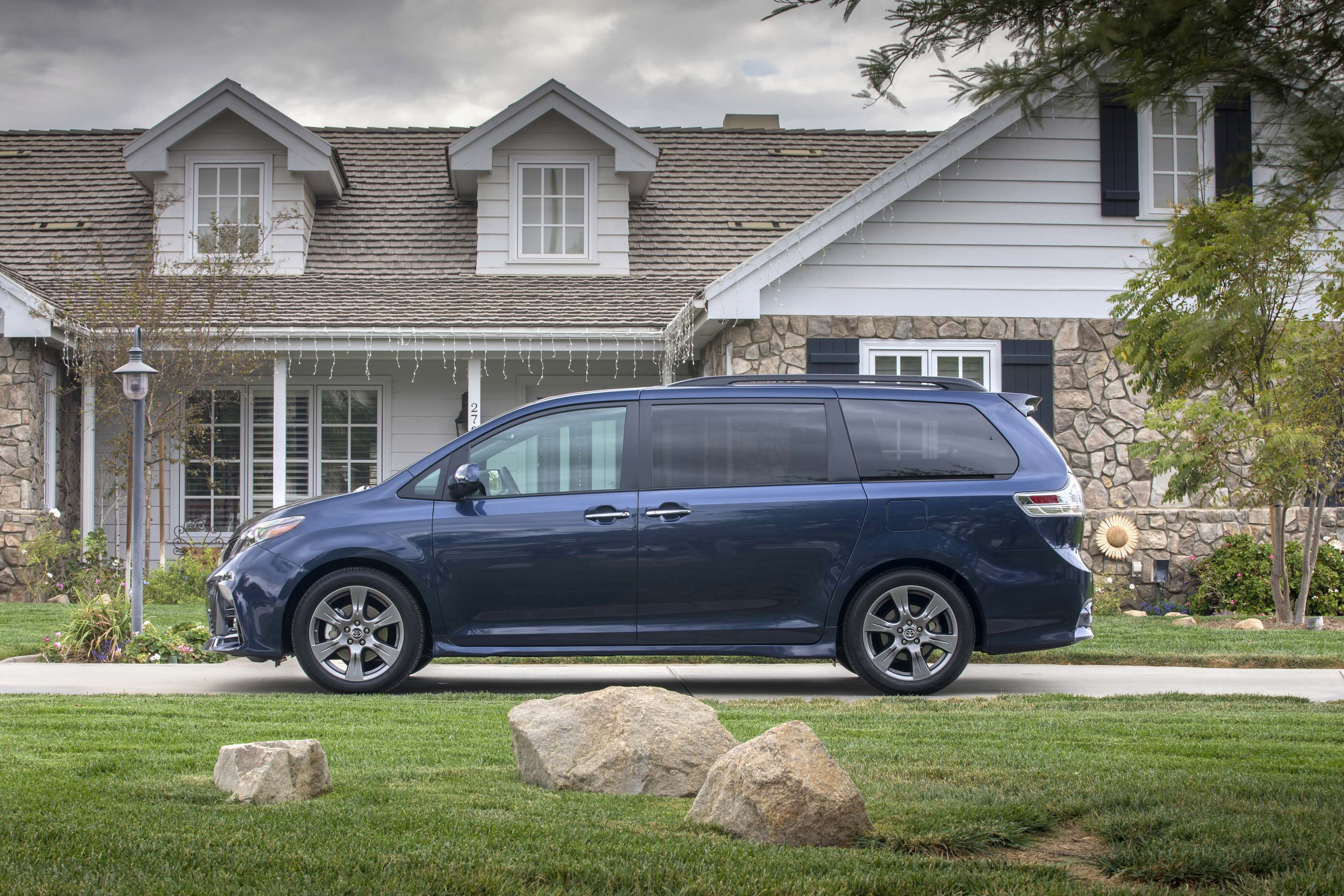 Toyota Sienna Dimensions >> 2019 Toyota Sienna Review Ratings Specs Prices And
