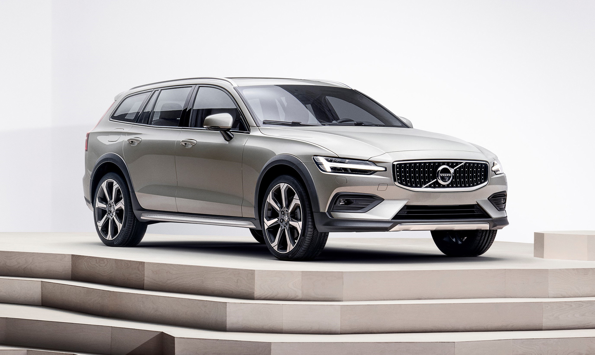 2019 Volvo V60 Cross Country first look: Sultry Swede on stilts