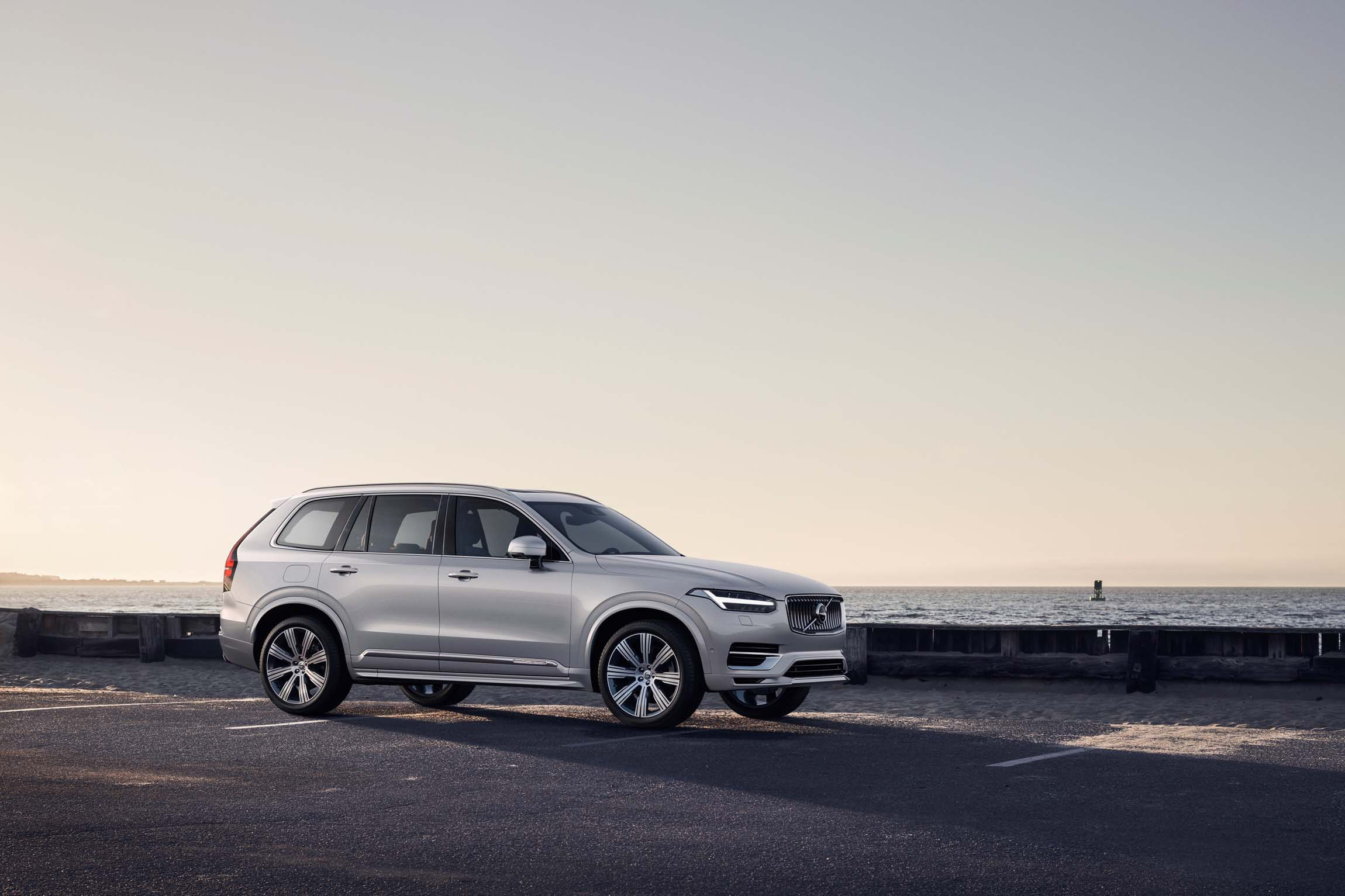 volvo xc bows  minor  updated powertrains globally