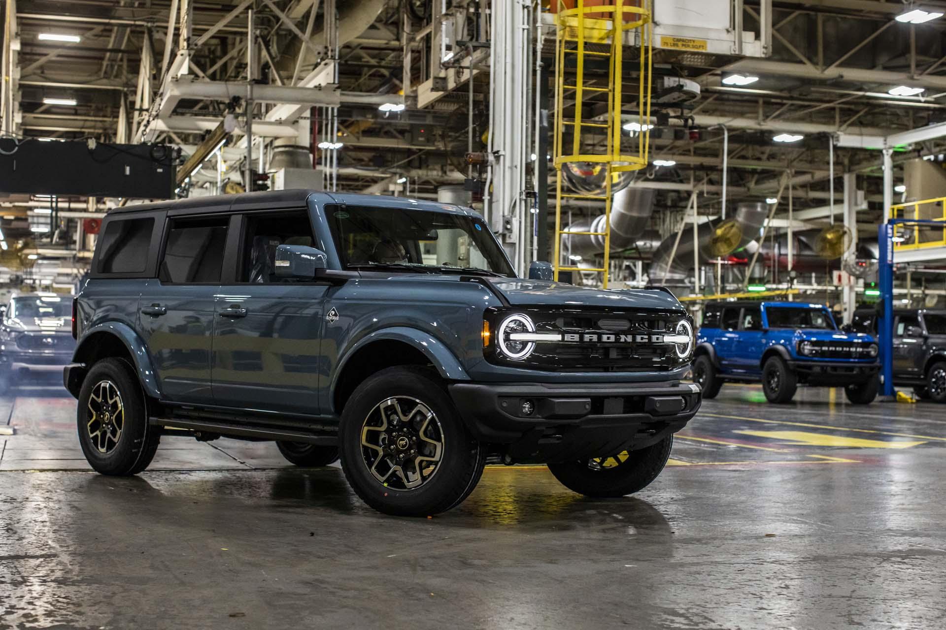 2022 Porsche Macan, 2022 Toyota Tundra, 2021 Ford Bronco: Car News Headlines