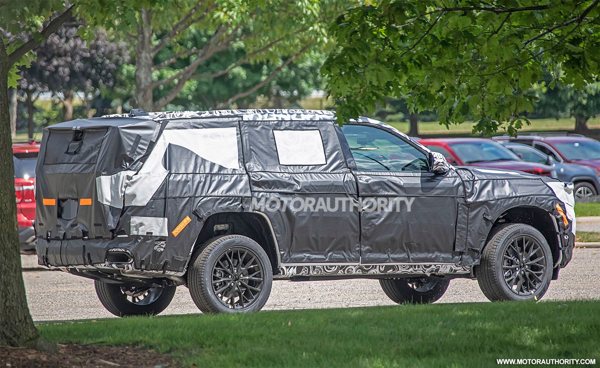 2021 - [Jeep] Grand Cherokee  - Page 2 2022-jeep-grand-cherokee-based-3-row-suv-spy-shots--photo-credit-s-baldauf-sb-medien_100754587_h