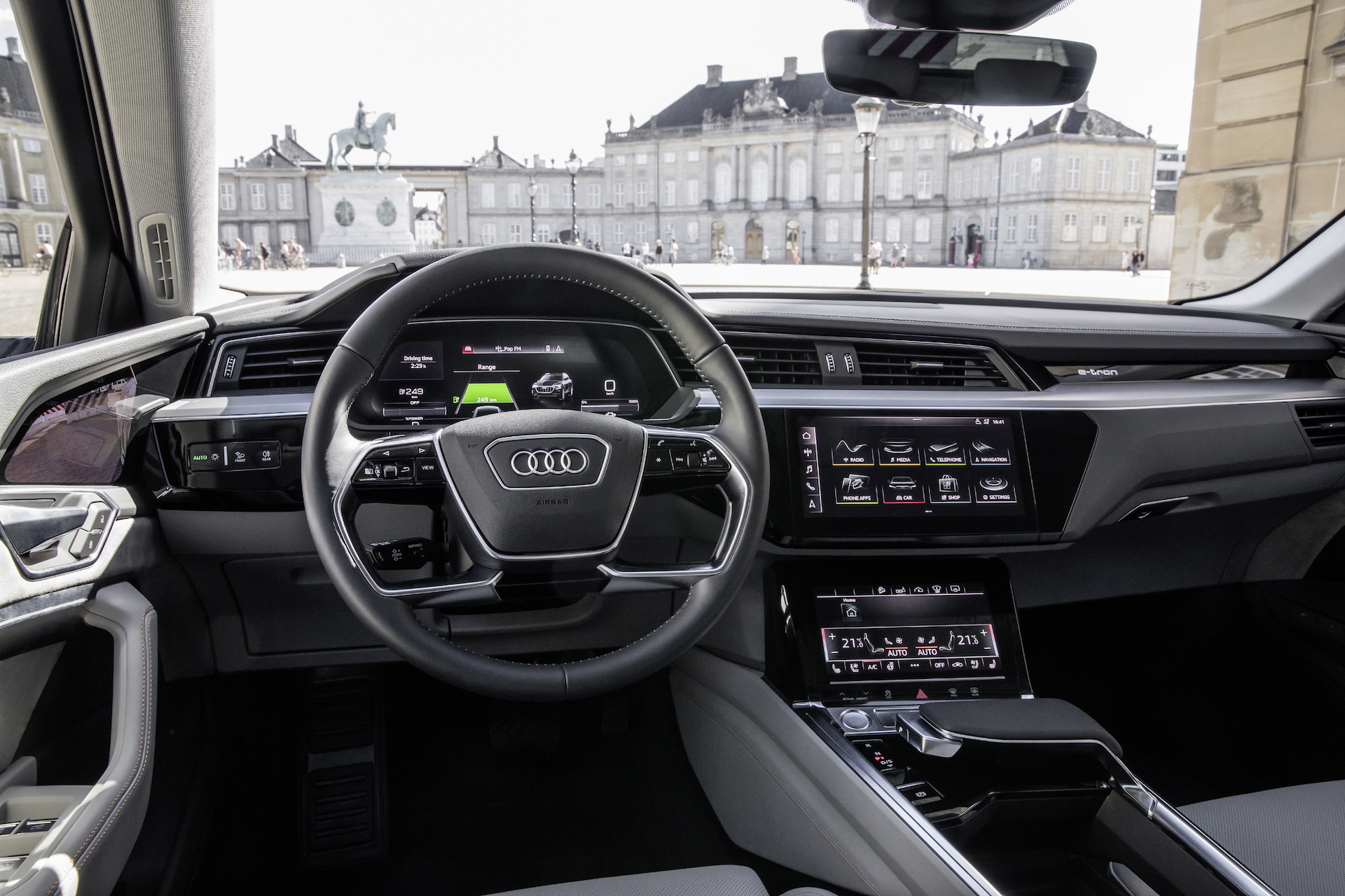 No Mirrors Just Screens Audi Shows Off E Tron Electric Suv S Cockpit