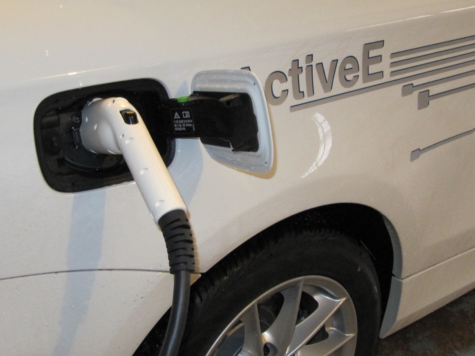 Electric Car Buyers Free Home Charging Stations Offered By