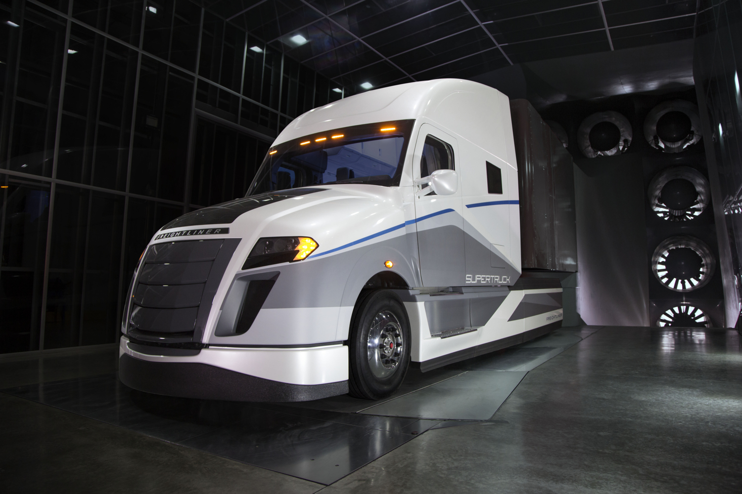 Daimler Unveils SuperTruck; 12-MPG Semi Is More Than Twice ...