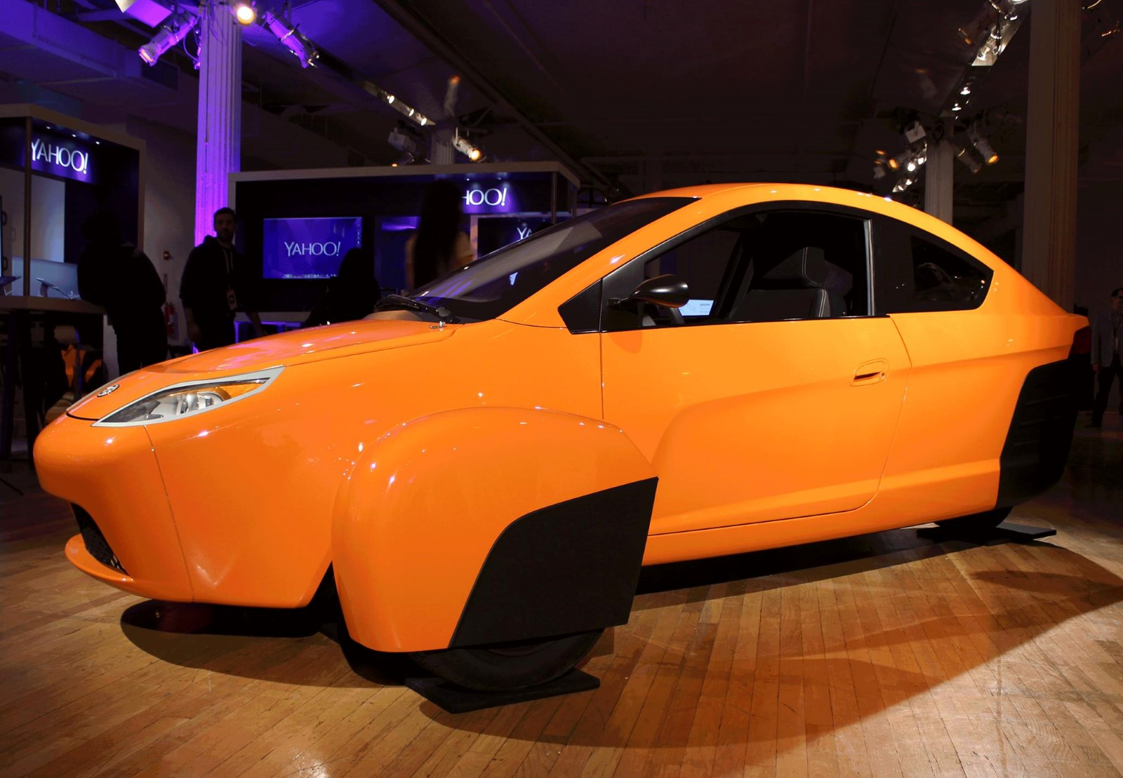 Elio 84 Mpg Three Wheel Prototype Driven In Parking Lot