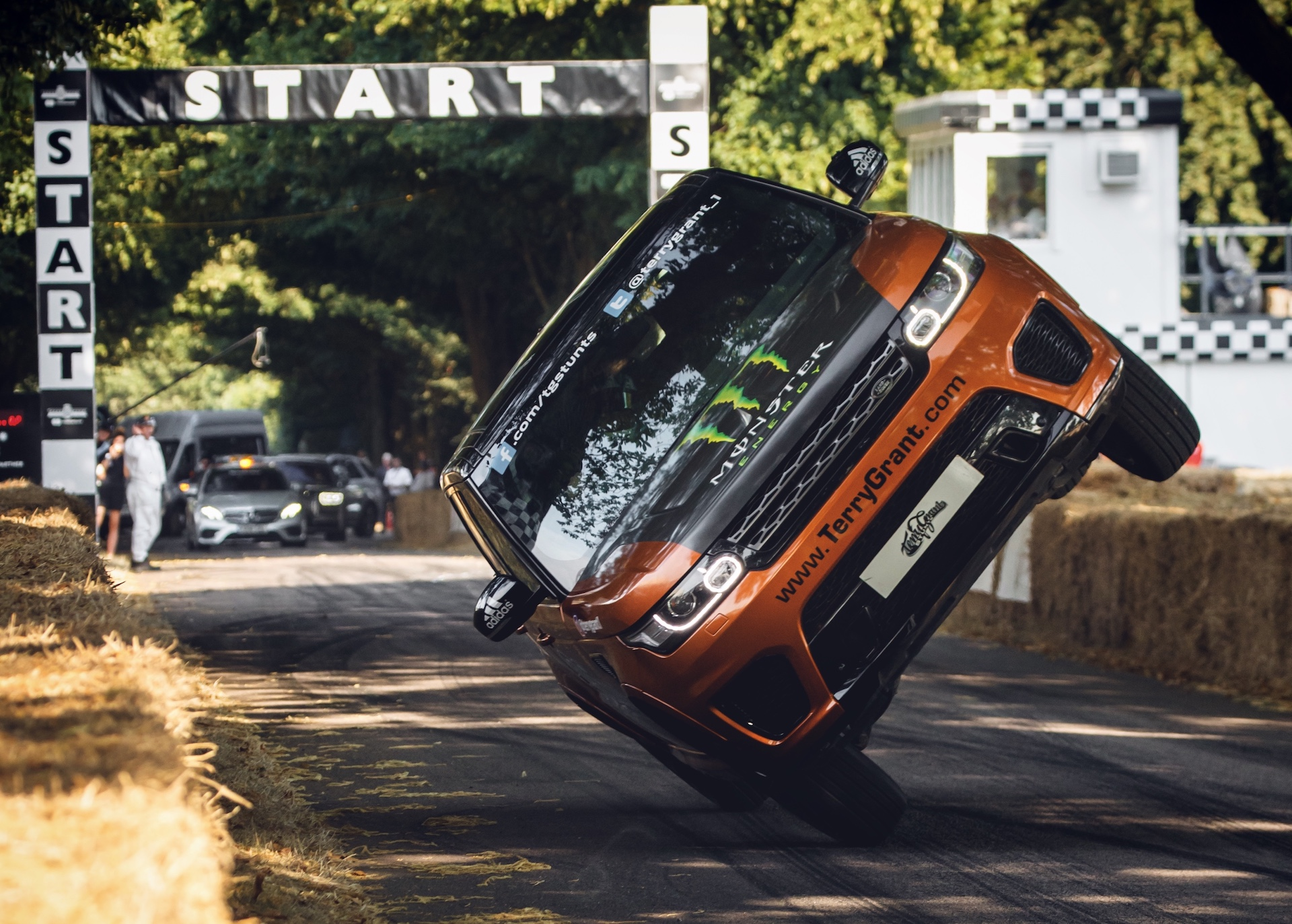 Land Rover sets world record for fastest mile in a car on 2 wheels