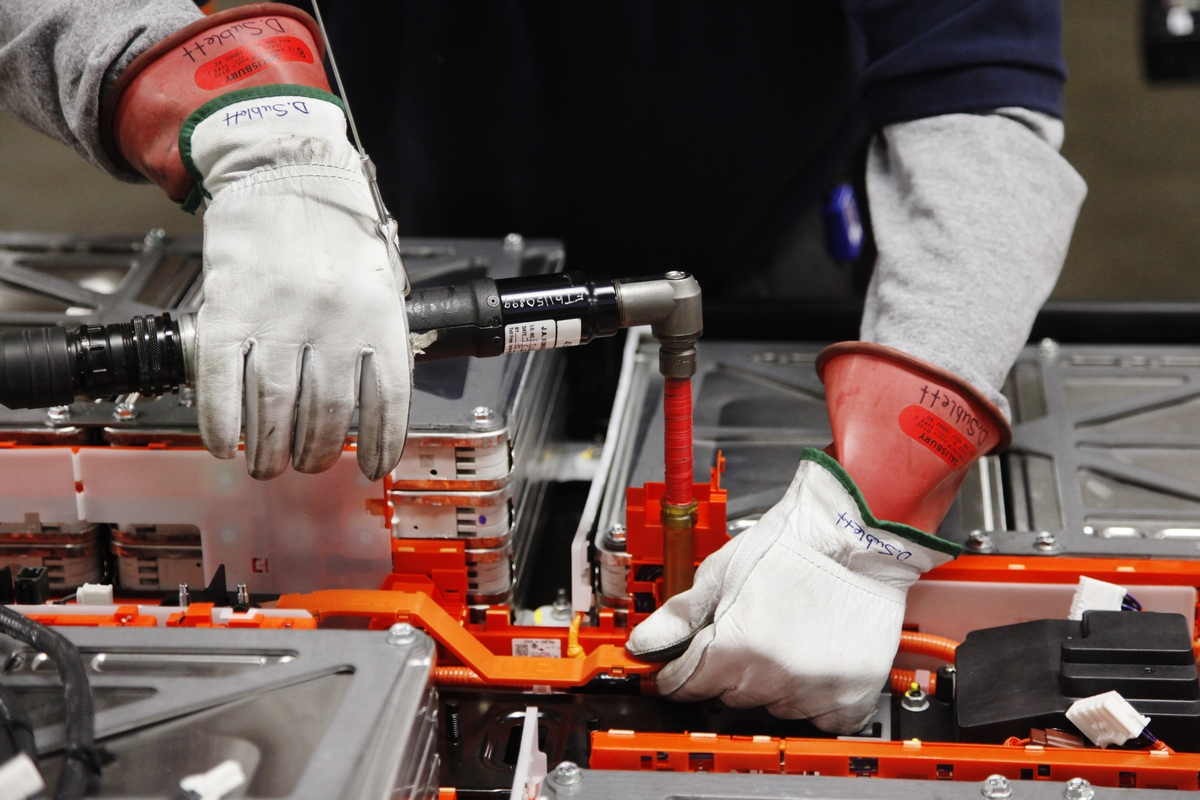 How Are Electric Car Batteries Made Photos From Nissan S New Plant