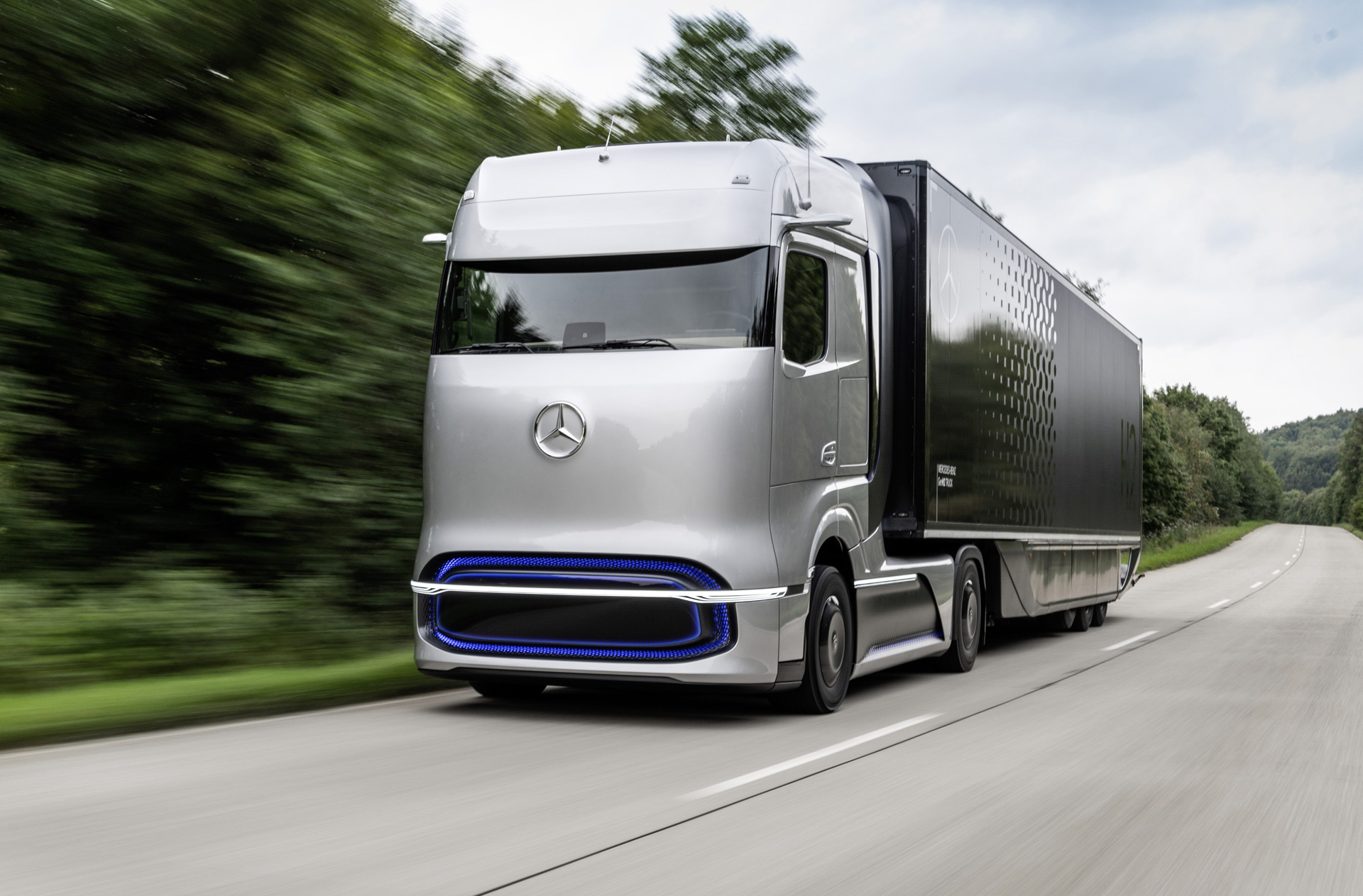Mercedes-Benz previews fuel-cell semi with GenH2 Truck concept