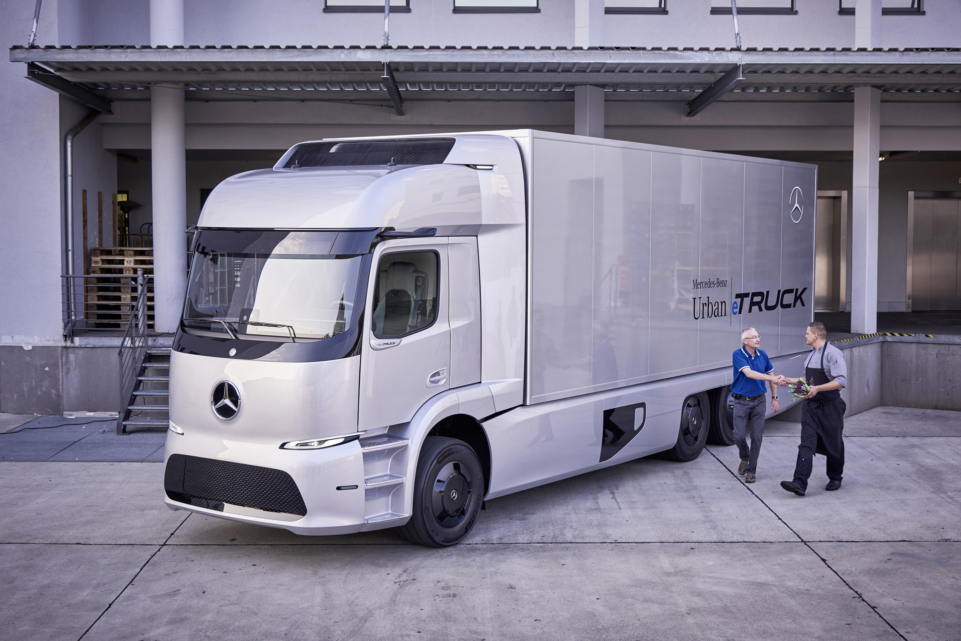 Daimler to build large electric semi truck urban e truck for Mercedes benz commercial trucks