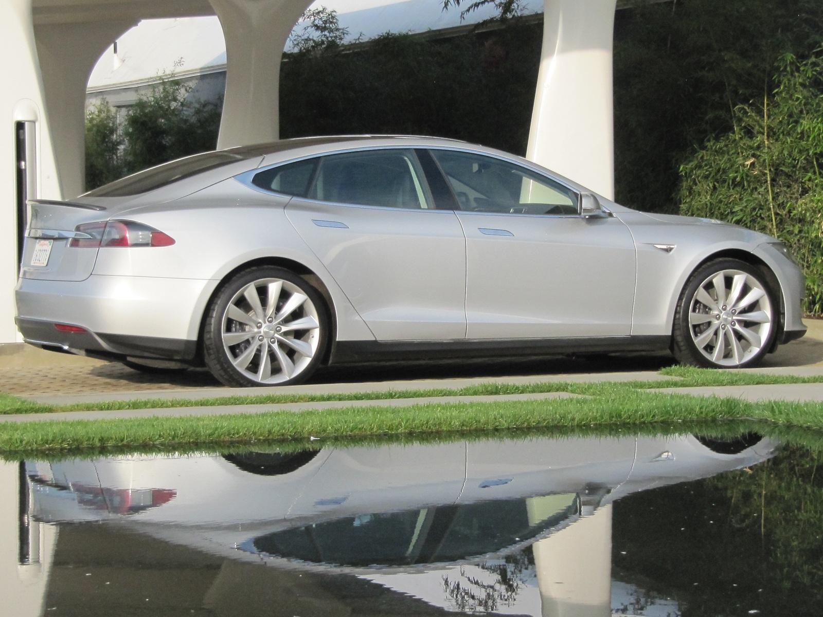2013 tesla model s green car reports 39 best car to buy 2013. Black Bedroom Furniture Sets. Home Design Ideas