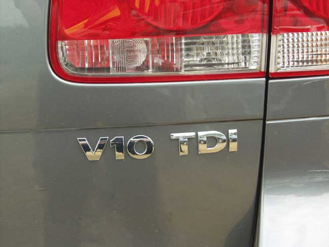 2004 VW Touareg V-10 TDI badge
