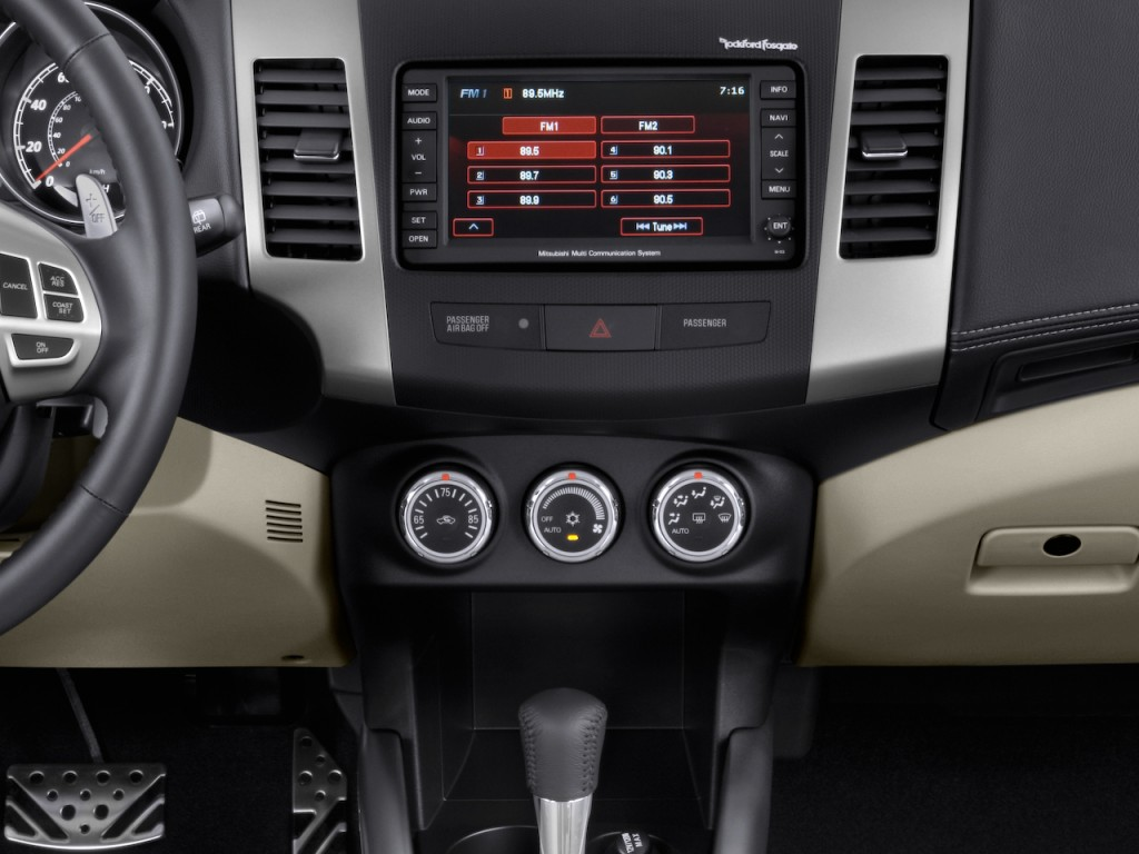 2010 Mitsubishi Outlander AWD 4-door GT Instrument Panel