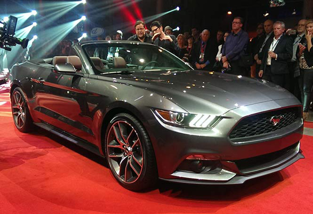 2015 ford mustang convertible debuts alongside fastback coupe new photos. Black Bedroom Furniture Sets. Home Design Ideas
