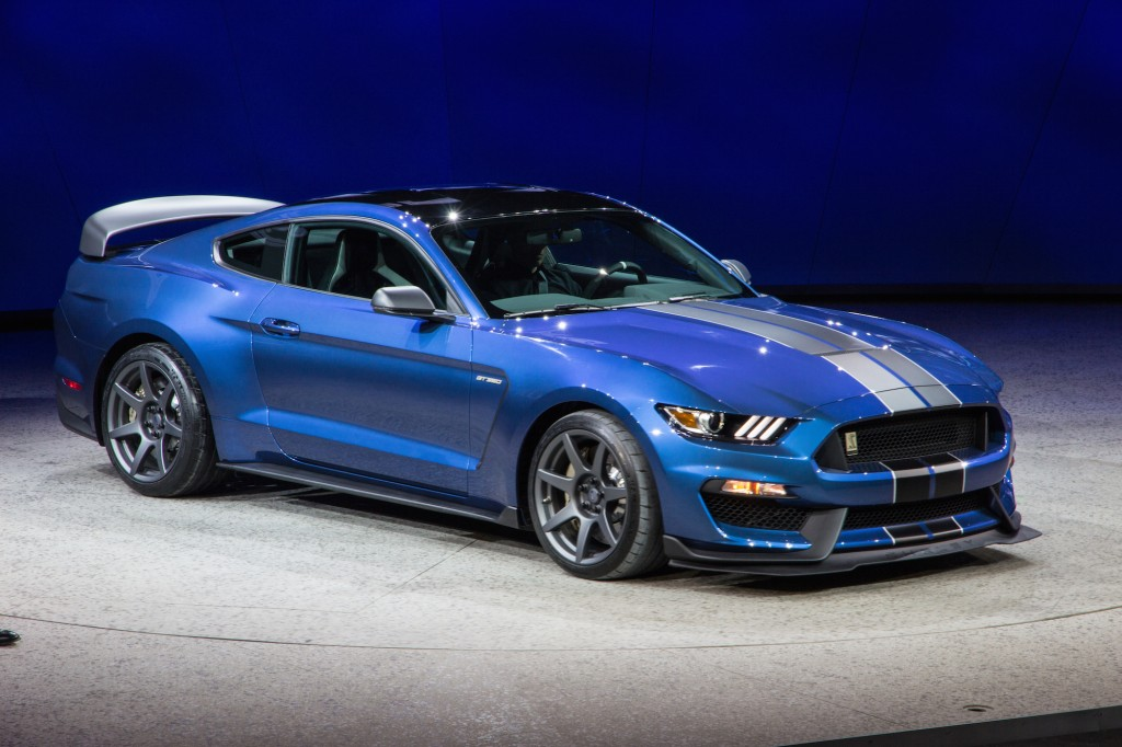 2016 ford mustang shelby gt350r is a track-honed hooligan
