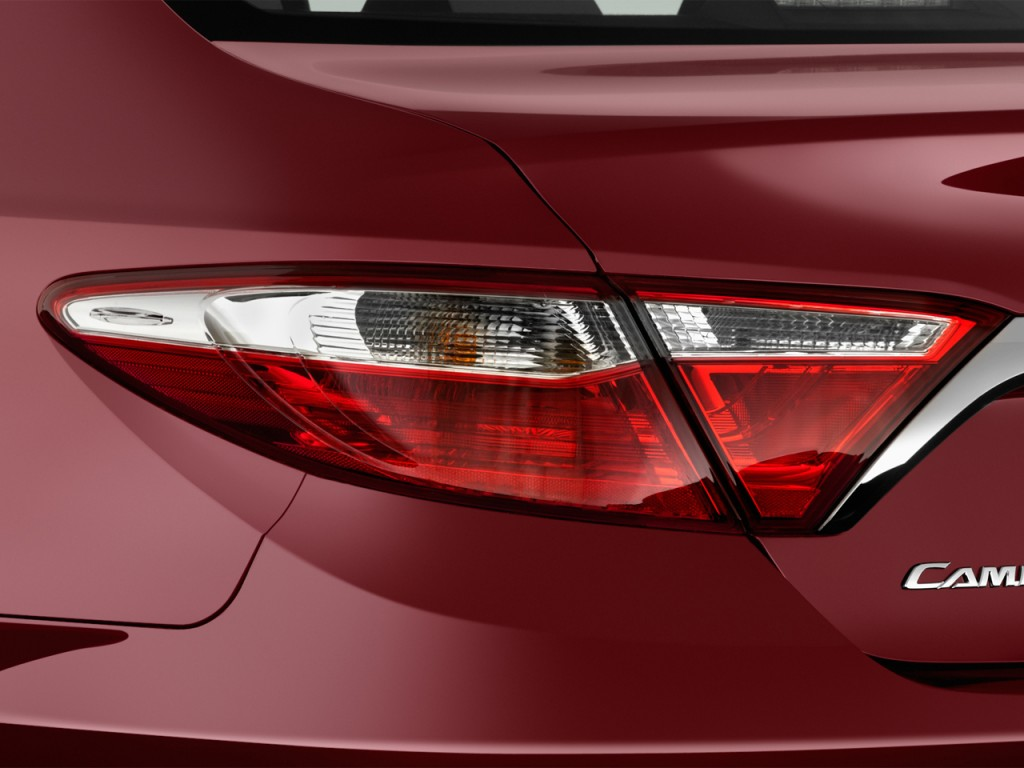Image: 2016 Toyota Camry Hybrid 4-door Sedan SE (GS) Tail ...