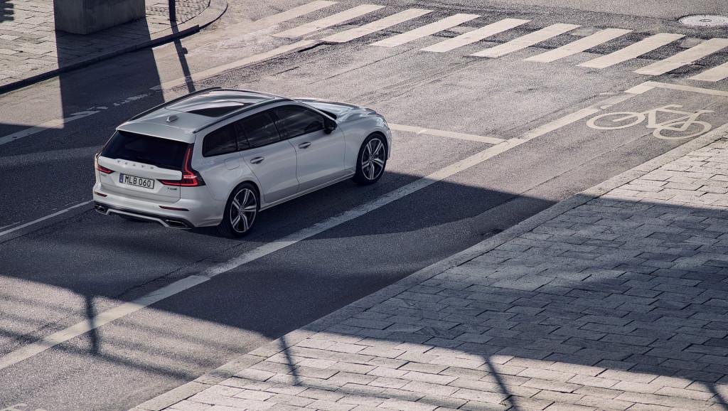 2019 Volvo V60 vs. 2019 BMW 3-Series: Compare Cars