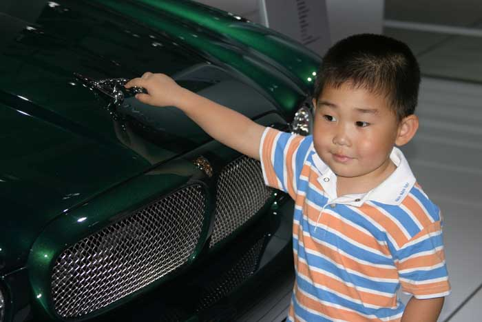 2004 Beijing Motor show Kid with Jaguar