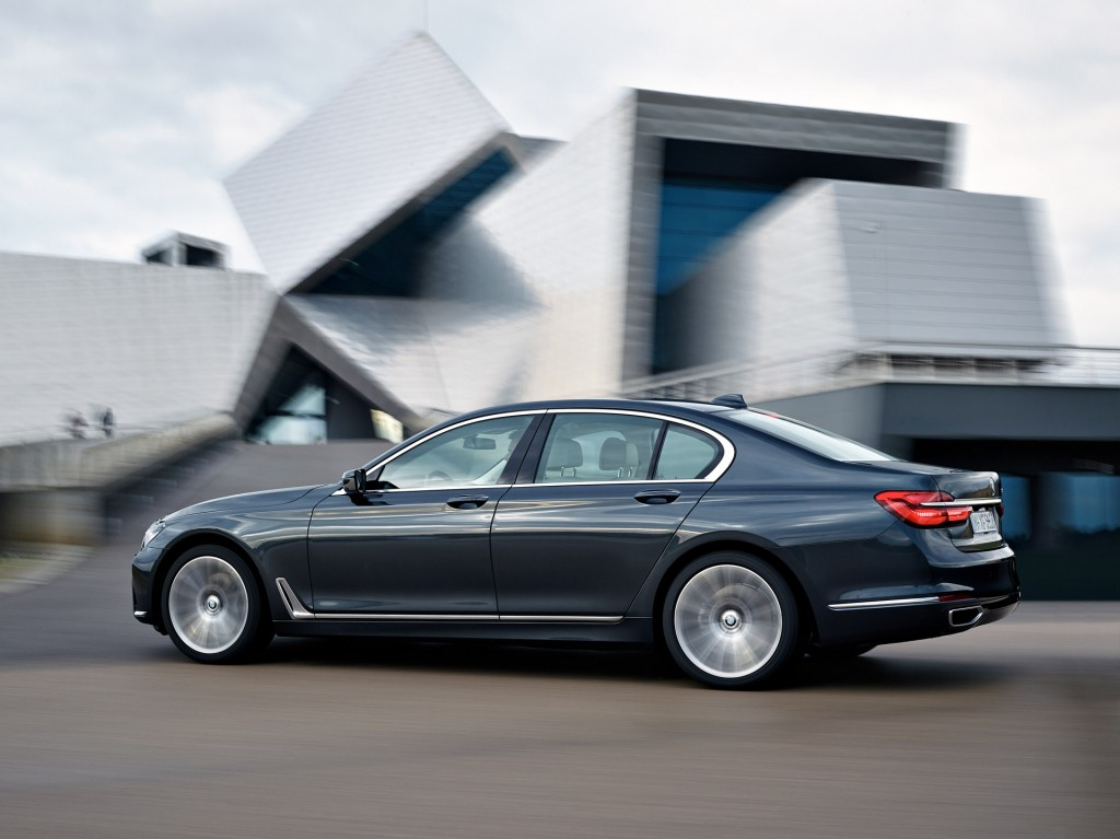 watch the 2016 bmw 7-series on the move in new video